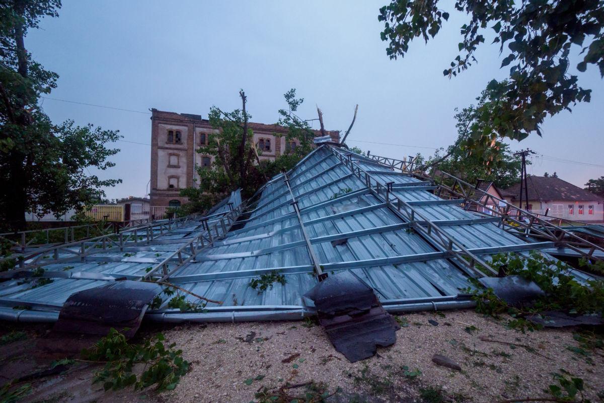 A soltvadkerti régi malom viharban leszakadt teteje 2020. augusztus 4-én. Az orkán erejű széltől a tetővel együtt leszakadt a nagyfeszültségű felsővezeték is, így a város egy része áram nélkül maradt.