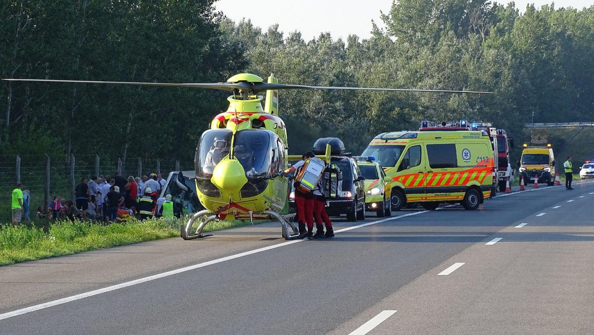 Mentőhelikopter és mentők árokba borult külföldi utasszállító autóbusznál, miután a gépjármű tisztázatlan körülmények között letért az útról az M5-ös autópálya Budapest felé vezető oldalán a 115-ös kilométerszelvényben, Kiskunfélegyháza térségében 2020. augusztus 9-én.