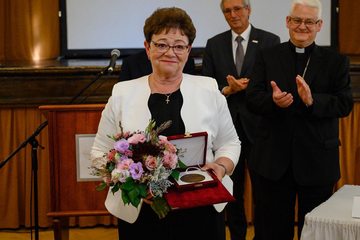 A Szent István-díj idei kitüntetettje, Müller Cecília országos tisztifőorvos az elismerés átadása után Székesfehérváron 2020. augusztus 18-án.