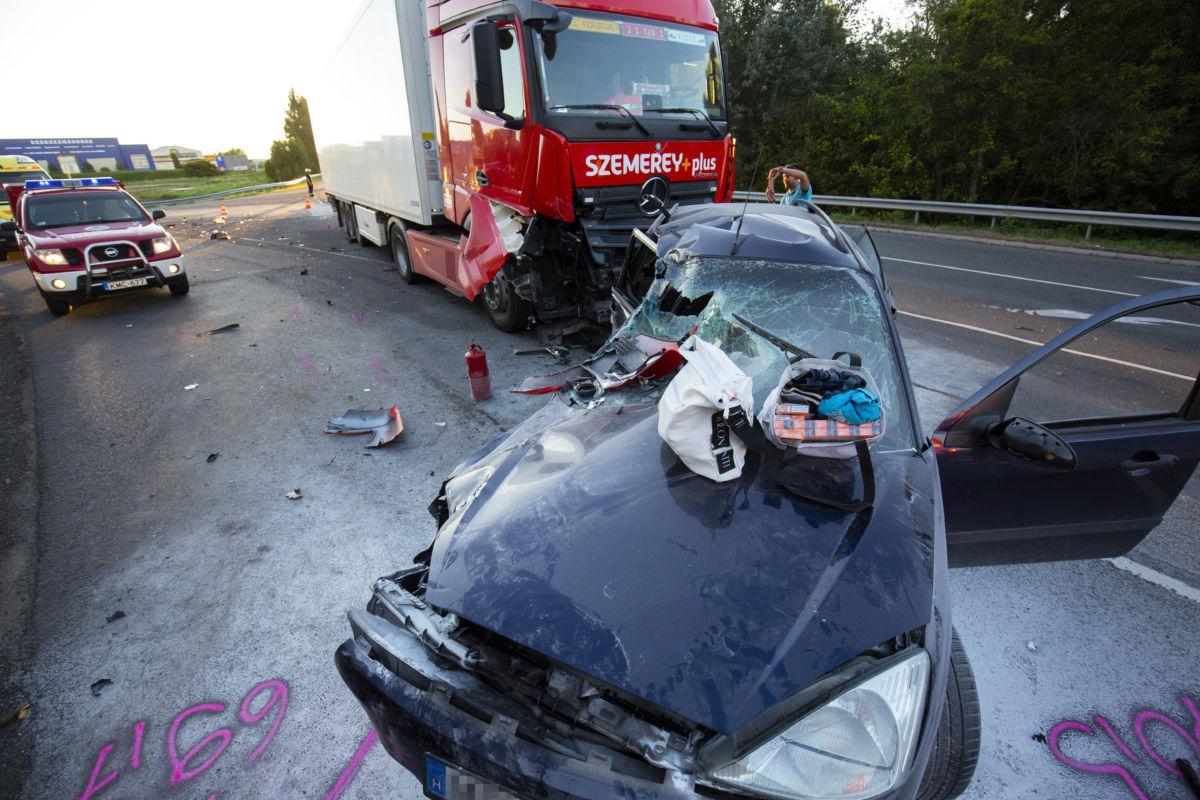 Összeroncsolódott személyautó és kamion a 7-es főút szabadhegyi elágazójánál Nagykanizsán 2020. augusztus 21-én.