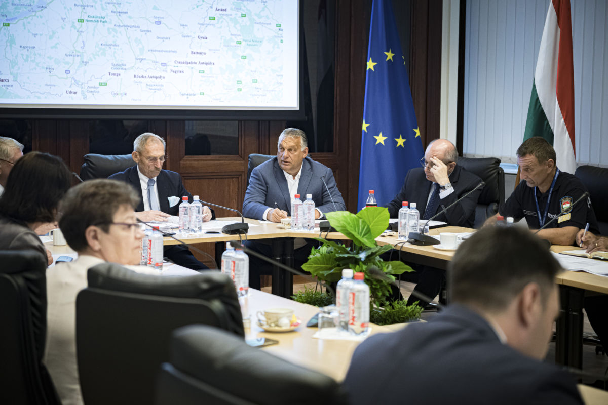Orbán Viktor miniszterelnök (középen) a határvédelmi munkacsoport ülésén a Belügyminisztériumban 2020. augusztus 29-én.