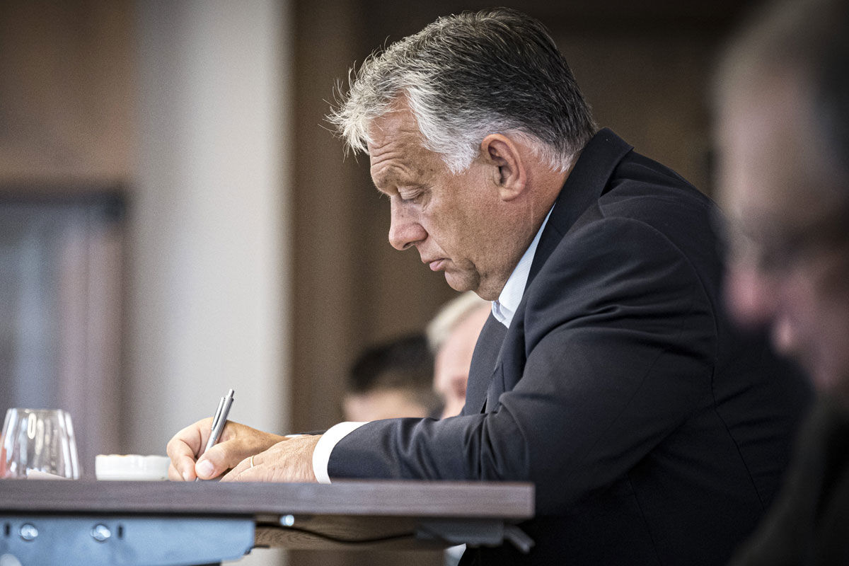 Orbán Viktor kormányfő a visegrádi országok miniszterelnökeinek videokonferenciáján, amelyet a fehérorosz politikai válsággal foglalkozó rendkívüli online uniós csúcs előtt tartottak 2020. augusztus 19-én.