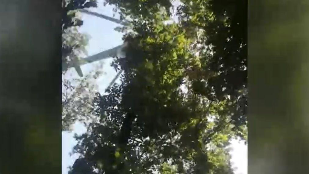 Meghalt a siklóernyős, akit a honvédségi helikopter sodort le a fáról Vértesszőlősnél