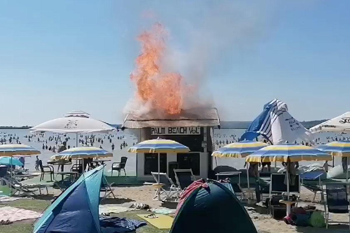 Kigyulladt egy büfé a Velence Korzón, menekültek a strandolók