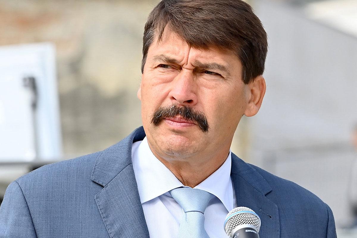 Áder János köztársasági elnök beszédet mond a Nemzetközi Természet- és Környezetvédelmi Fesztivál, valamint a Magyar Nemzeti Parkok Hetének megnyitóján a Gödöllői Királyi Kastély udvarán 2020. szeptember 11-én.