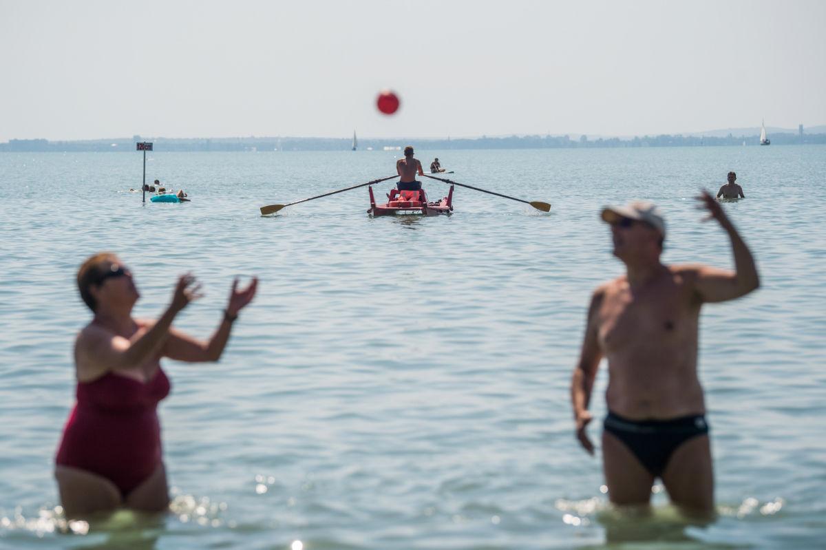 Vízimentő járőrözik mentőcsónakkal a Balatonon az alsóörsi strandon 2020. augusztus 13-án.