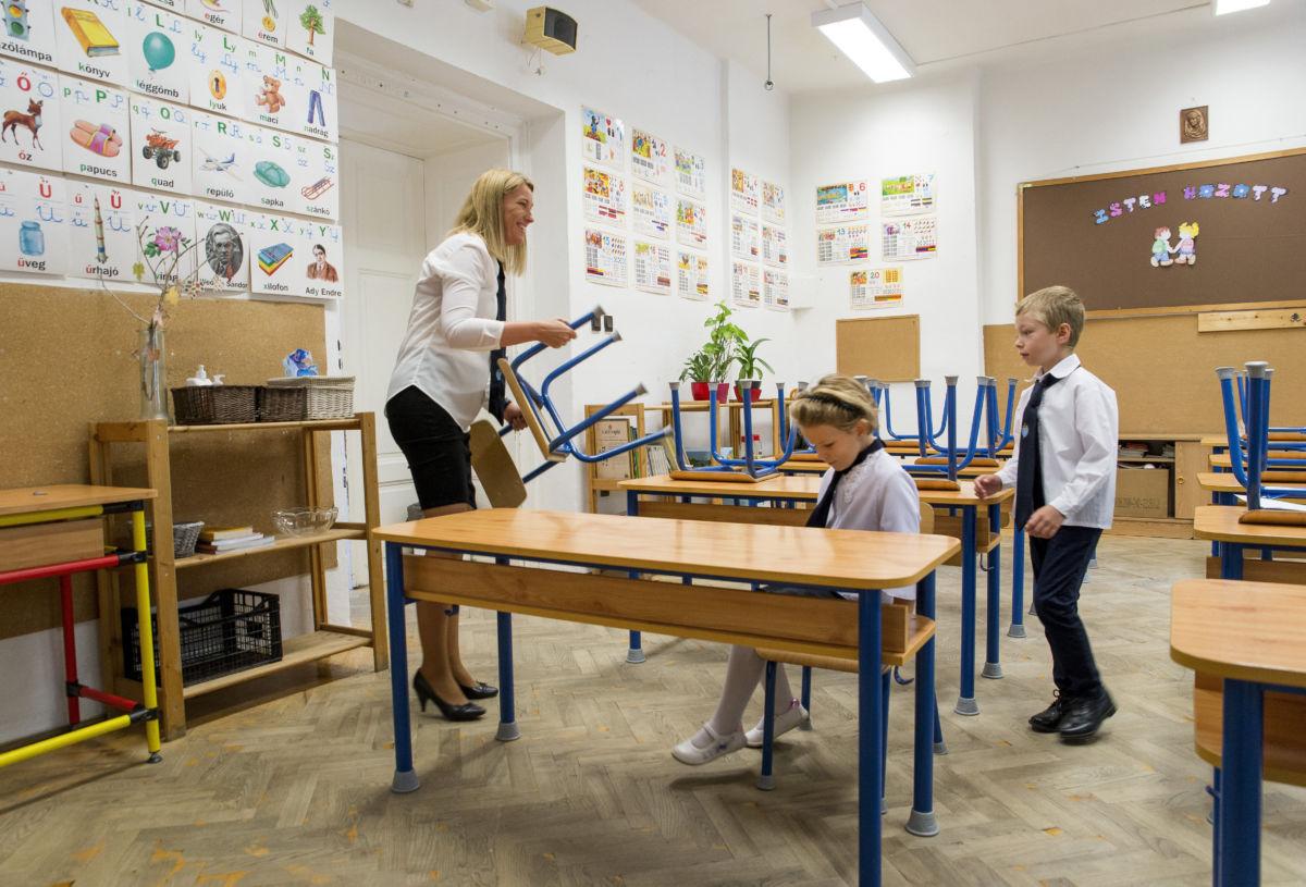 Első osztályos diákok és tanítónőjük az osztálytermükben a mosonmagyaróvári Piarista Gimnázium, Általános Iskola és Óvoda tanévnyitója után 2020. augusztus 31-én.