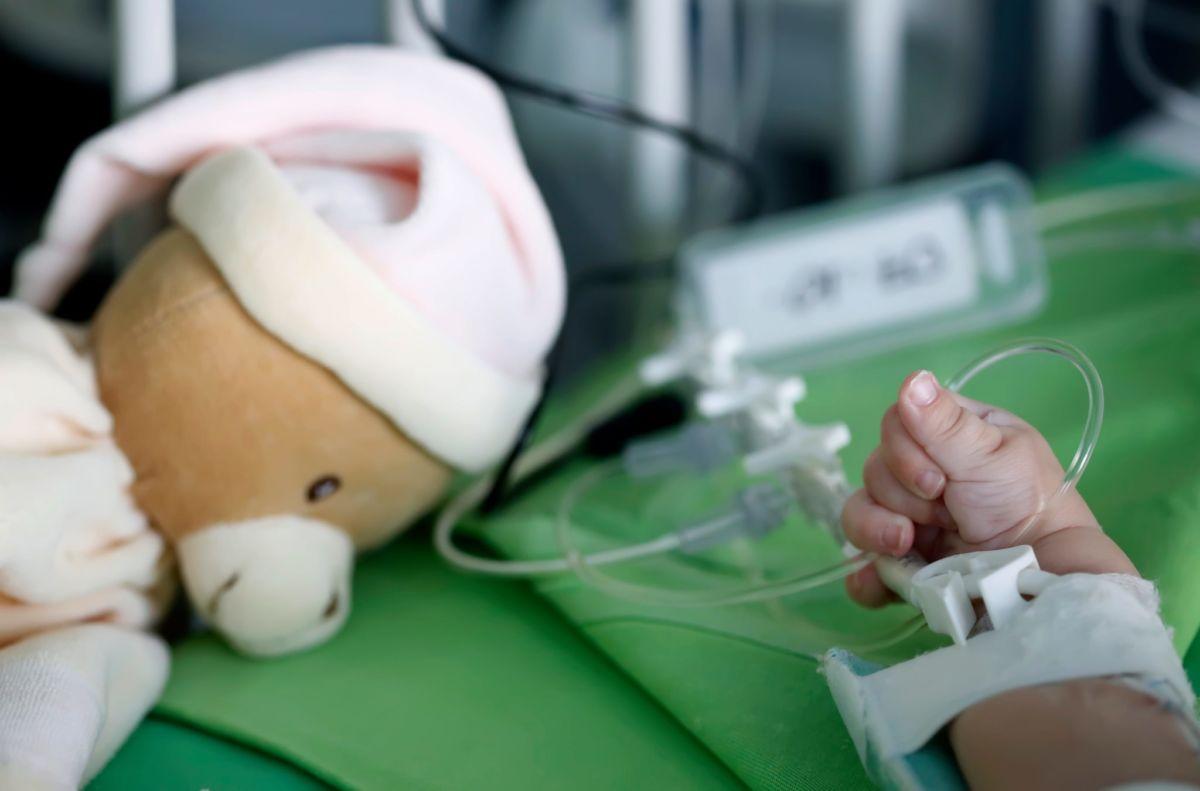 Maszk nélkül rontott be egy férfi a kardiológiai intézet gyermekszív központjába, megütötte az őrt