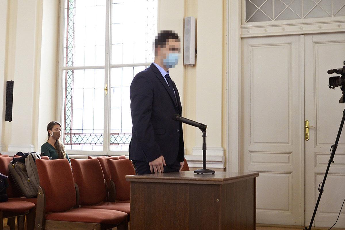 H. A. Cs. az ellene előre kitervelten, közfeladatot ellátó személy sérelmére elkövetett emberölés kísérlete miatt indult büntetőper előkészítő ülésén a Győri Törvényszéken 2020. szeptember 7-én.