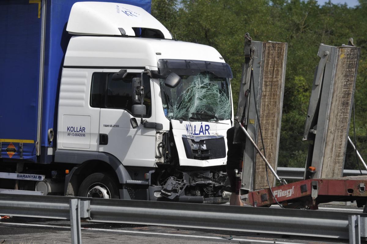Ütközésben összetört autók az M5-ös autópálya Szeged felé vezető oldalán Inárcsnál 2020. szeptember 3-án.