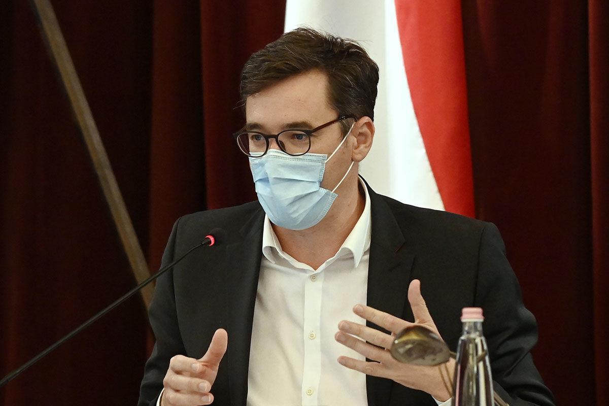 Karácsony Gergely főpolgármester a Fővárosi Közgyűlés rendkívüli, a koronavírus-járvány elleni védekezés erősítéséért összehívott ülésén a Városházán 2020. szeptember 14-én.