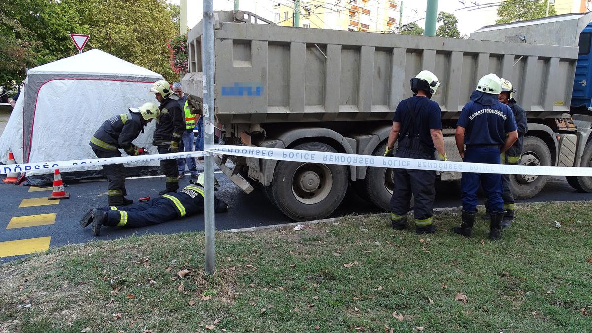Tűzoltók Szegeden, a Budapesti körúton, a Csillag téri körforgalomnál, ahol meghalt egy útra kiszaladó kisgyerek, akit elgázolt egy teherautó 2020. szeptember 7-én.