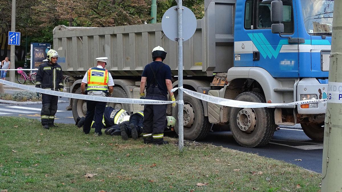 Tűzoltók és rendőr Szegeden, a Budapesti körúton, a Csillag téri körforgalomnál, ahol meghalt egy útra kiszaladó kisgyerek, akit elgázolt egy teherautó 2020. szeptember 7-én.