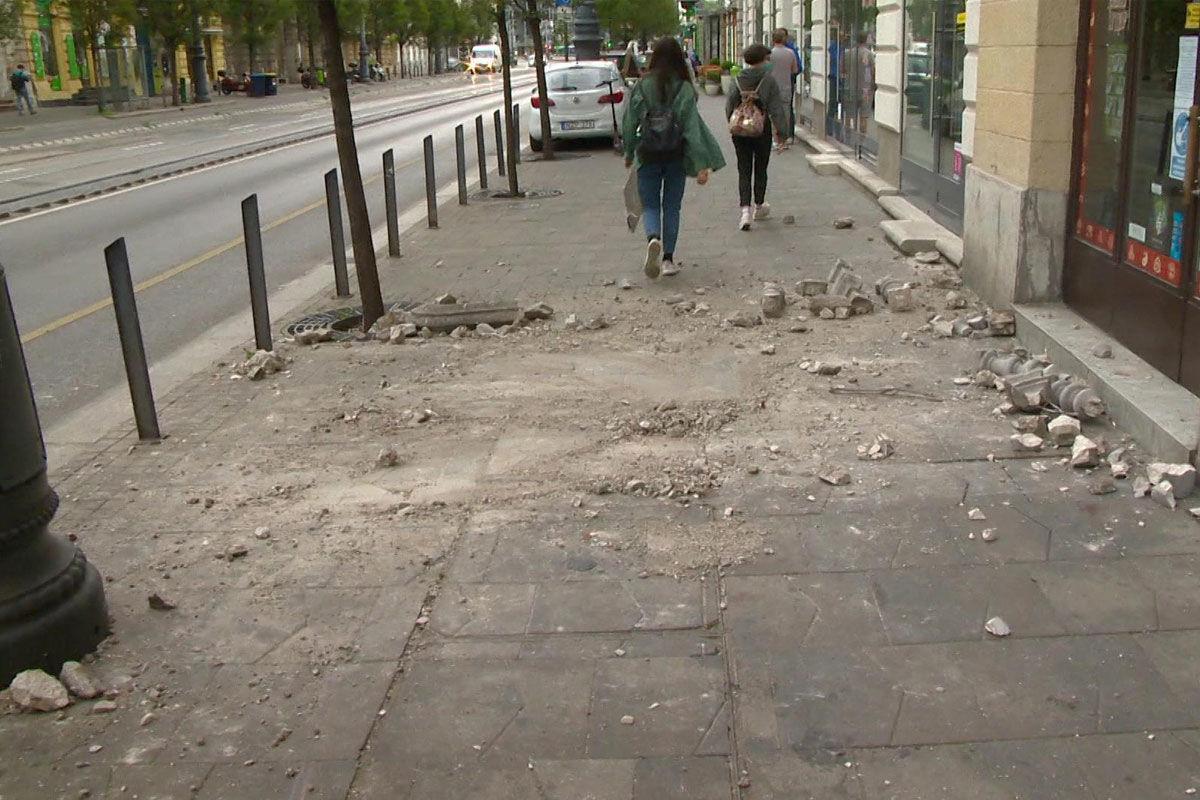 Bulizó fiatalok zuhantak ki egy erkélyről Budapesten