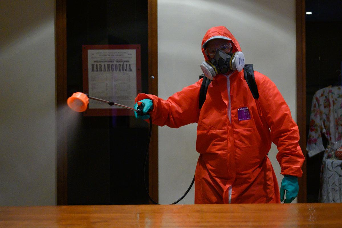 A városgondnokság munkatársa ezüstkolloidpermettel fertőtleníti a székesfehérvári Vörösmarty Színház ruhatárát 2020. szeptember 9-én.