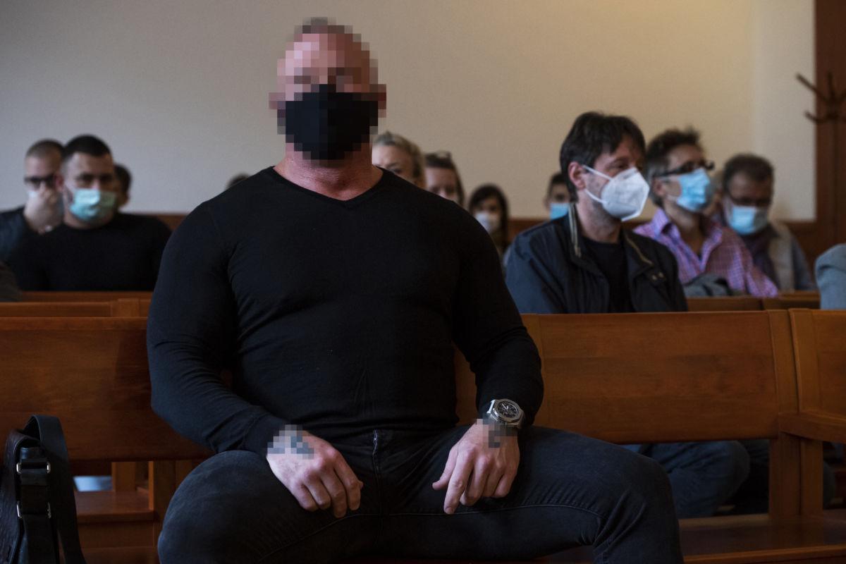Az elsőrendű vádlott M. Richárd (b) az ellene és további két ember ellen a 2017 májusában a fővárosi Dózsa György úton történt halálos közúti baleset ügyében indított büntetőper tárgyalásán a Pesti Központi Kerületi Bíróságon 2020. szeptember 30-án.