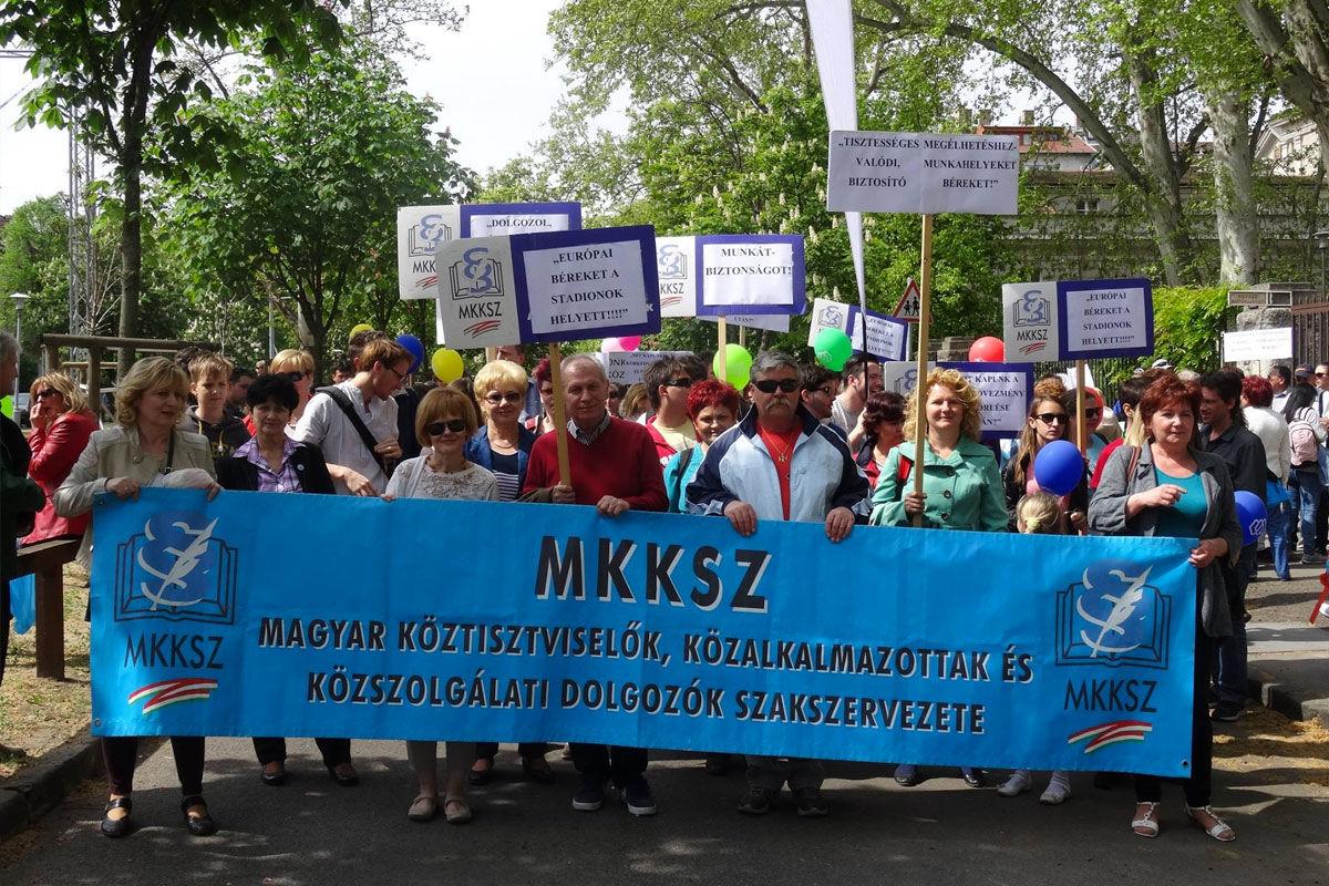 A Magyar Köztisztviselők, Közalkalmazottak és Közszolgálati Dolgozók Szakszervezetének tüntetése 2015. májusában.