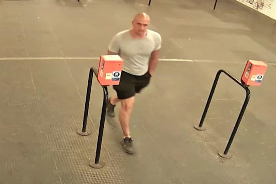 A feltételezett elkövetőt egy biztonsági kamera felvételén.
