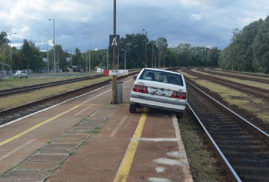 Félig a sínekre lógva fennakadt a peronon autójával egy részeg férfi Dabason