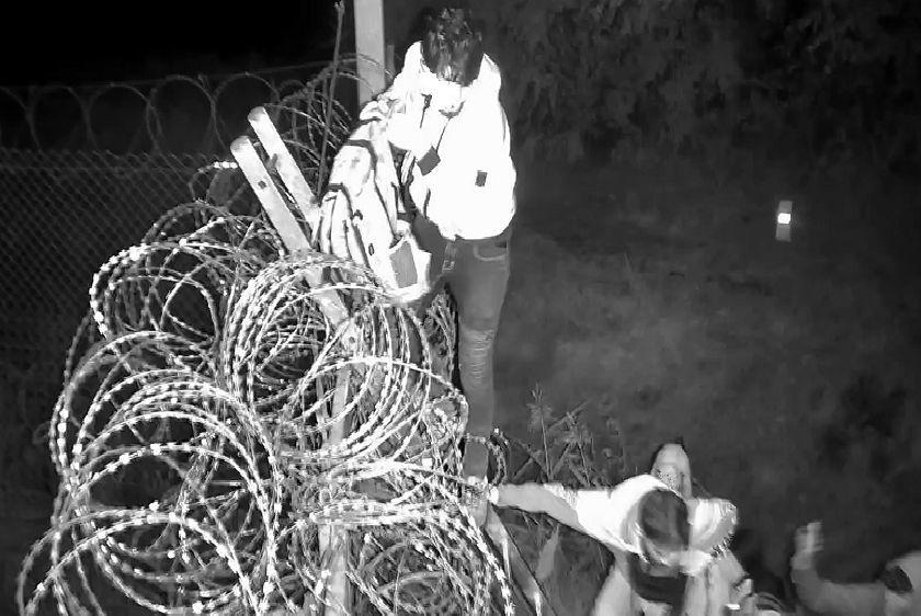 Negyven migráns próbált bejutni Röszkénél, megdobálták a rendőröket