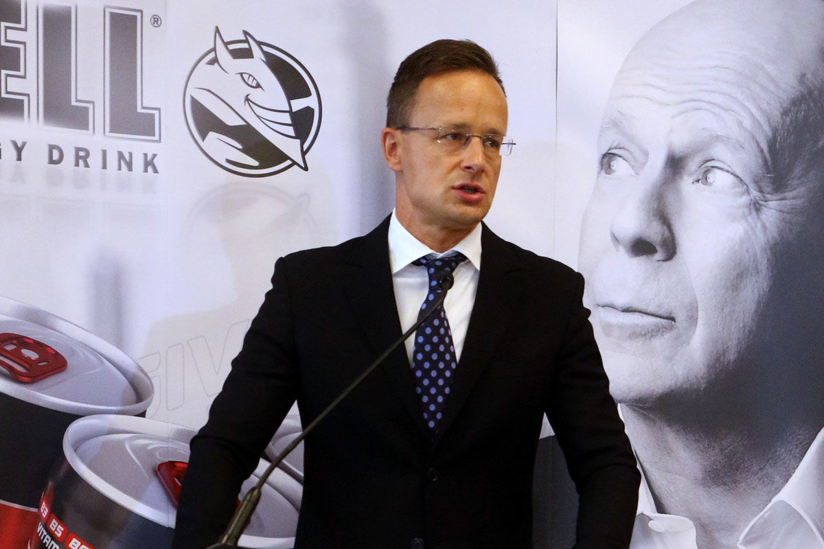 Szijjártó Péter külgazdasági és külügyminiszter beszédet mond a minisztérium beruházástámogatói szerződésének átadásán a HELL Energy Magyarország Kft. szikszói székházában 2020. szeptember 14-én.