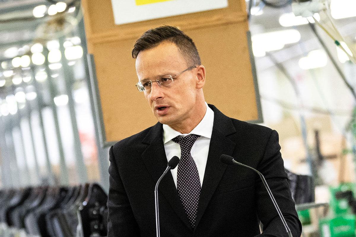 Szijjártó Péter külgazdasági és külügyminiszter beszédet mond a Tecnica Ungheria Kft. versenyképesség-növelő támogatási okiratának átadásán Nagykállón 2020. szeptember 2-án.