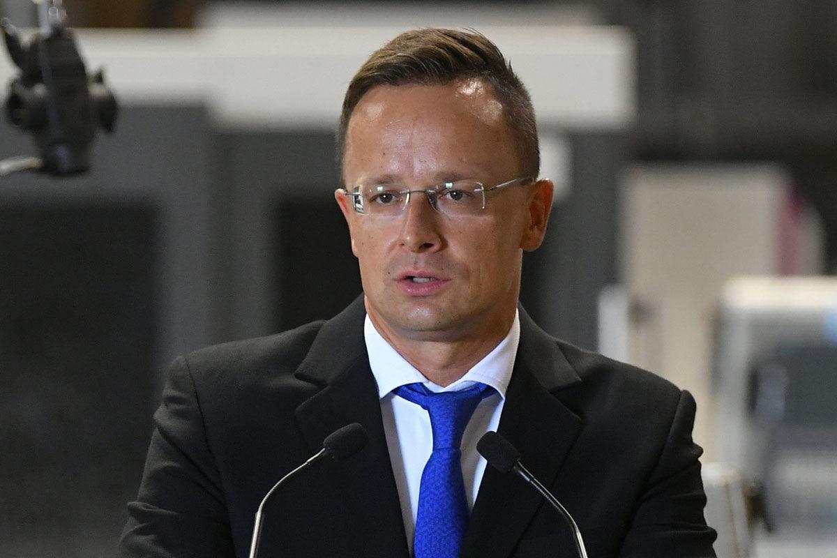 Szijjártó Péter külgazdasági és külügyminiszter beszédet mond a Mezei-Vill Kft. 287 millió forintos versenyképességi támogatásáról szóló szerződés átadásán a cég berettyóújfalui üzemcsarnokában 2020. szeptember 4-én.