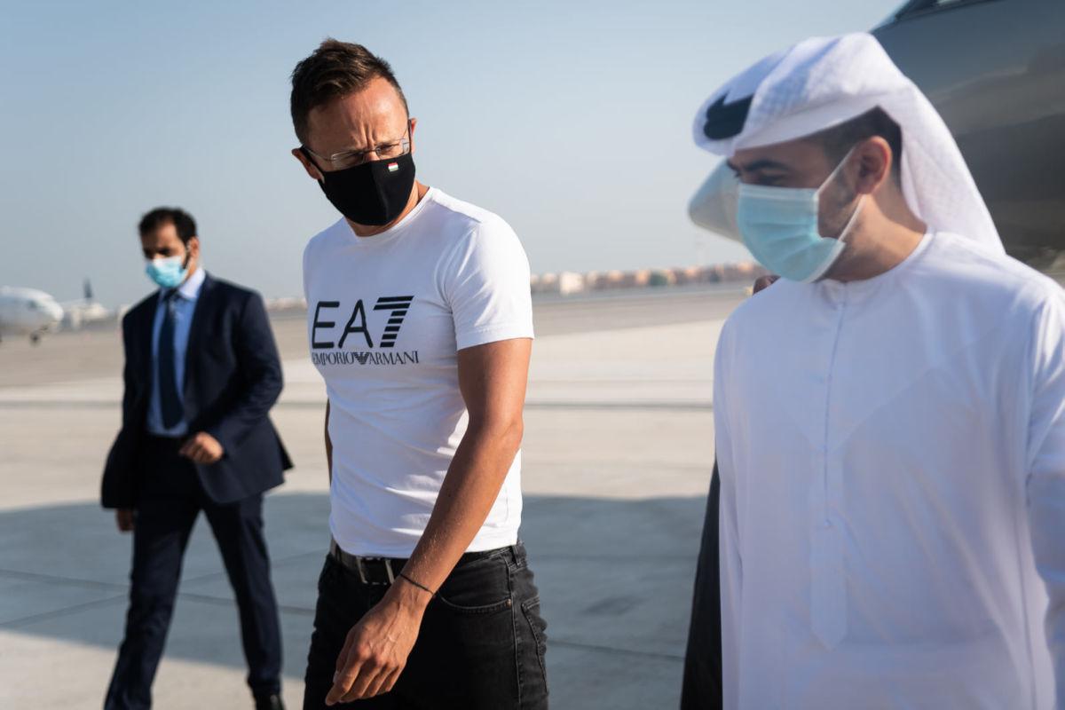 Szijjártó megérkezett Emporio Armani-feliratú pólójában Abu-Dzabiba