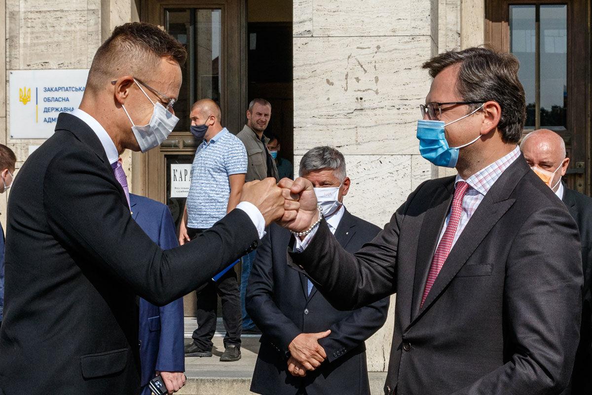 Szijjártó Péter külgazdasági és külügyminiszter (elöl, b) és Dmitro Kuleba ukrán külügyminiszter (elöl, j) üdvözli egymást tárgyalásuk előtt Ungváron, a Kárpátaljai Megyei Állami Közigazgatási Hivatal épülete előtt 2020. szeptember 23-án.