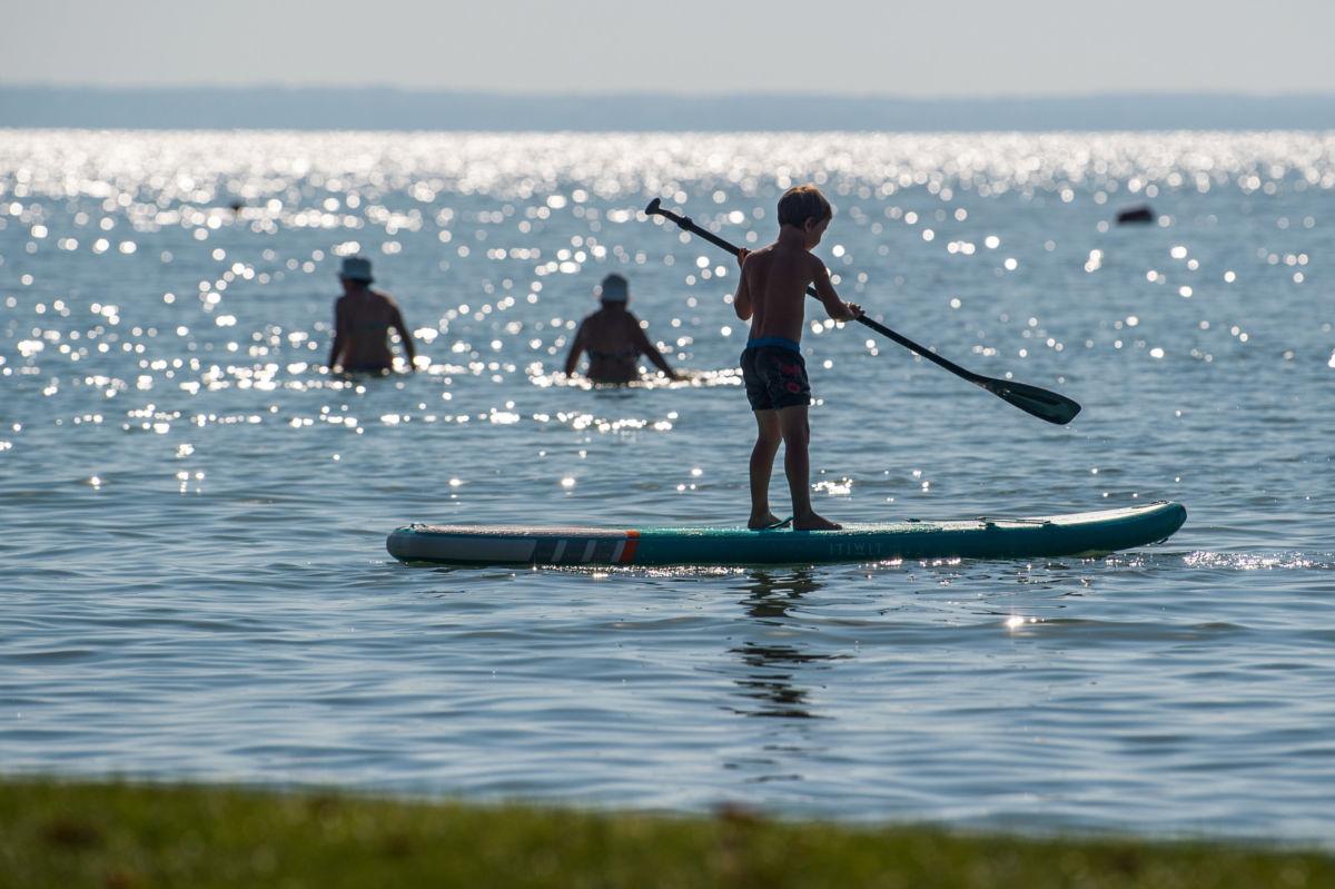 Állószörfös (SUP-os) fiú az alsóörsi strandon 2020. augusztus 13-án.