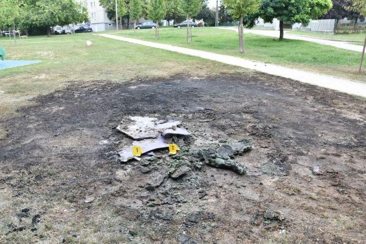 A felgyújtott köztéri bútor maradványai a rendőrség fotóján.