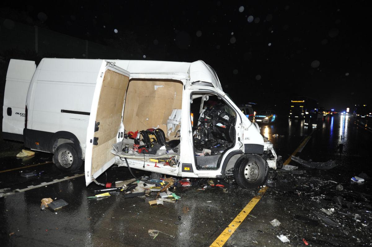 Az ütközésben megsérült két kisteherautó egyike az M1-es autópálya fővárosból kifelé vezető oldalán, Biatorbágy közelében 2020. október 17-én.