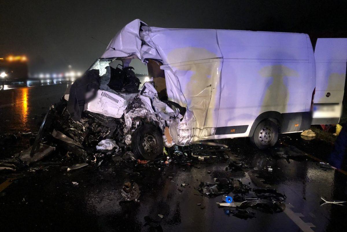 A balesetben megsérült kisteherautó egyike a rendőrség fotóján.