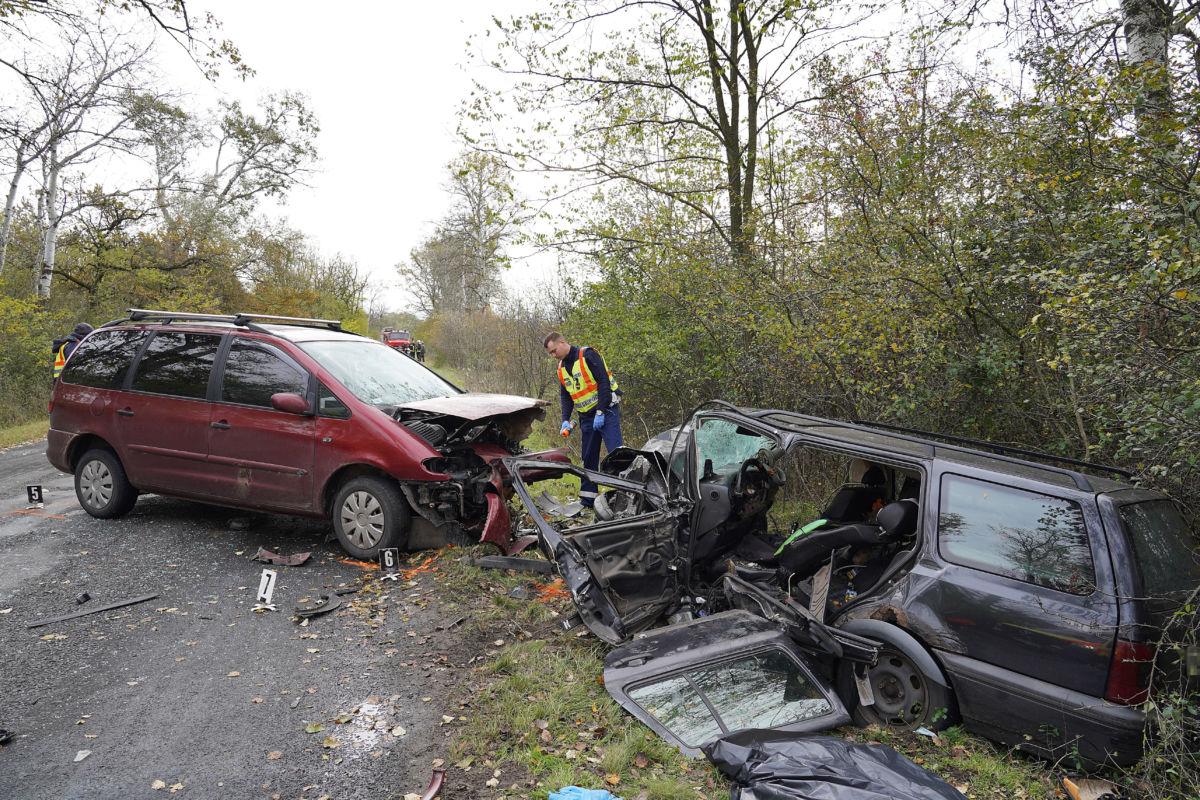 Összeroncsolódott személyautók Nagykőrös közelében, ahol a két gépjármű frontálisan összeütközött 2020. október 31-én.