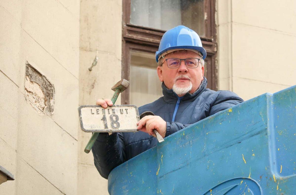 Dézsi Csaba András (Fidesz-KDNP) polgármester mutatja a régi házszámtáblát, amelyet eltávolított a korábbi Lenin, ma Baross út egyik házáról az 1956-os forradalom és szabadságharc kitörésének 64. évfordulója alkalmából tartott győri ünnepség után 2020. október 23-án.