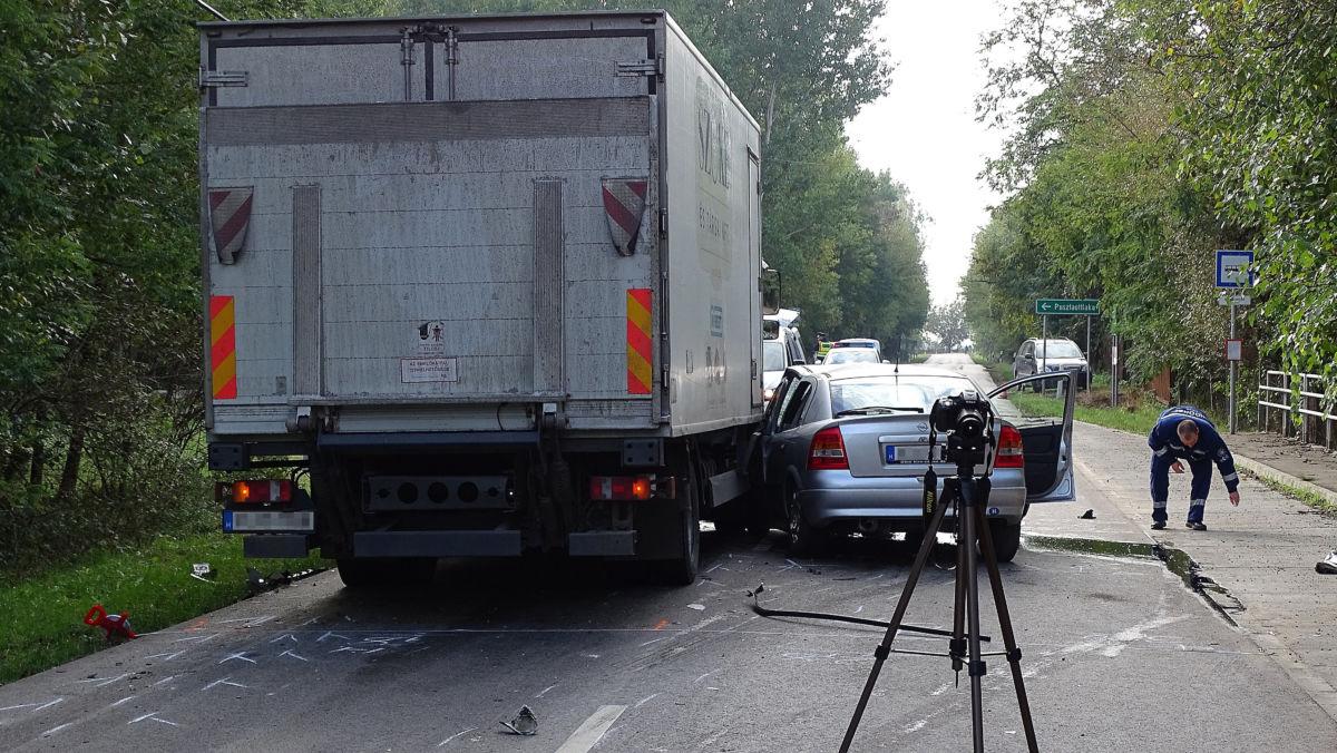 Rendőrségi helyszínelés Pusztaottlaka közelében, ahol meghalt egy ember, miután autója teherautóval ütközött 2020. október 19-én.