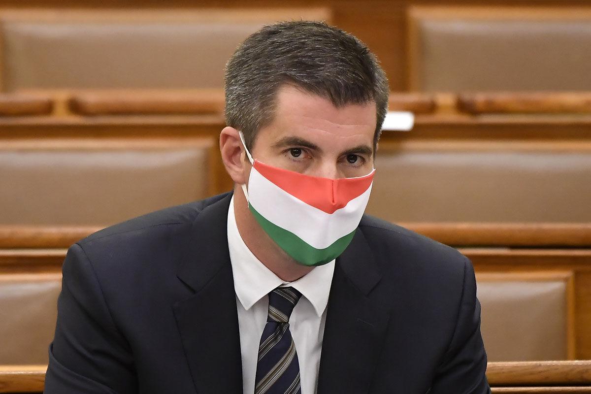 Kocsis Máté, a Fidesz frakcióvezetője védőmaszkot visel a koronavírus-járvány miatt az Országgyűlés plenáris ülésén 2020. október 12-én.