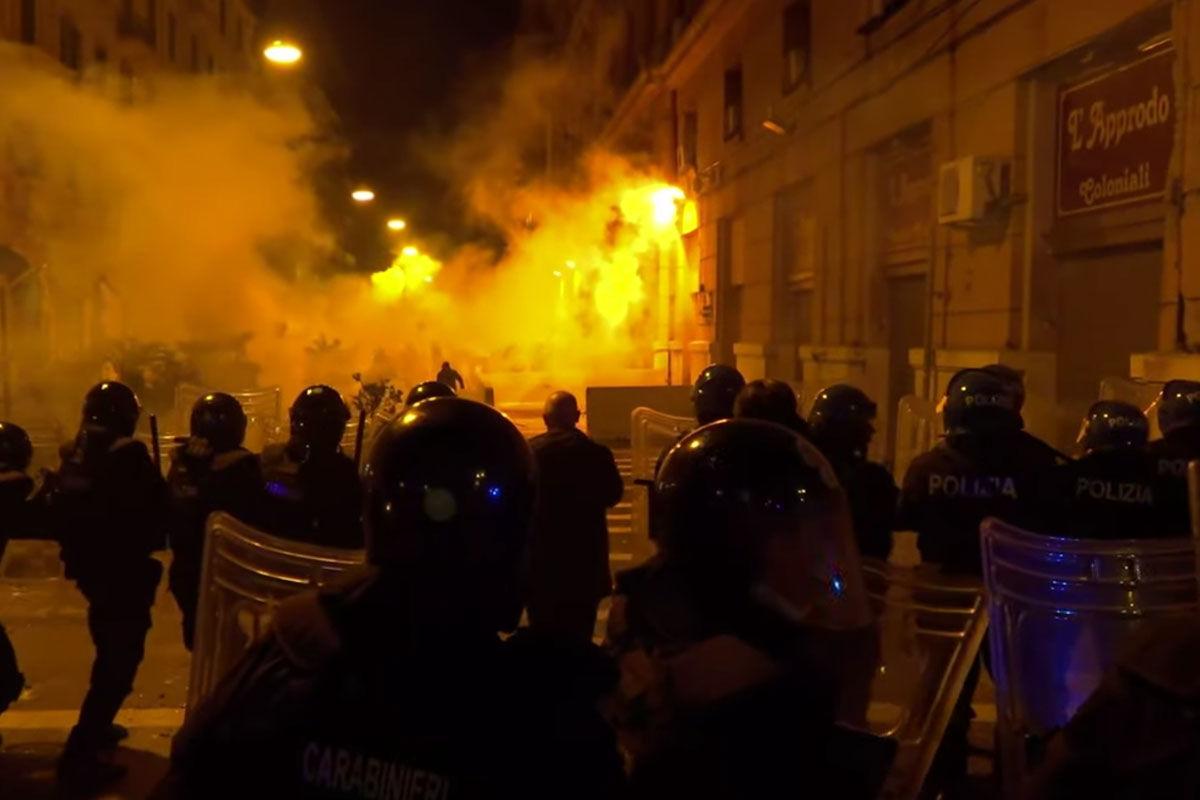 Rohamrendőrök oszlatták Nápolyban az éjszakai kijárási tilalom ellen tiltakozókat