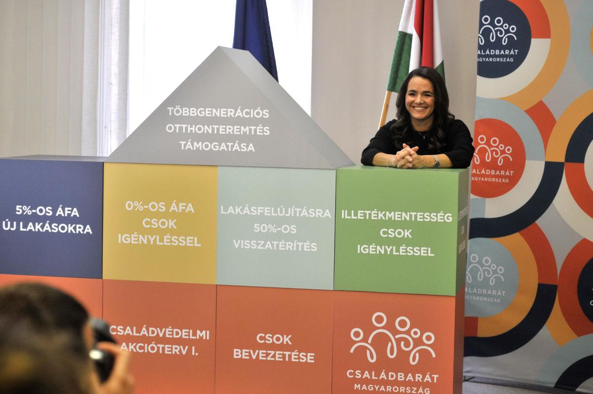 Novák Katalin családokért felelős tárca nélküli miniszter az otthonteremtési program újabb nagyszabású eleméről tartott sajtótájékoztatóján az Emberi Erőforrások Minisztériumának Szalay utcai épületében 2020. október 28-án.