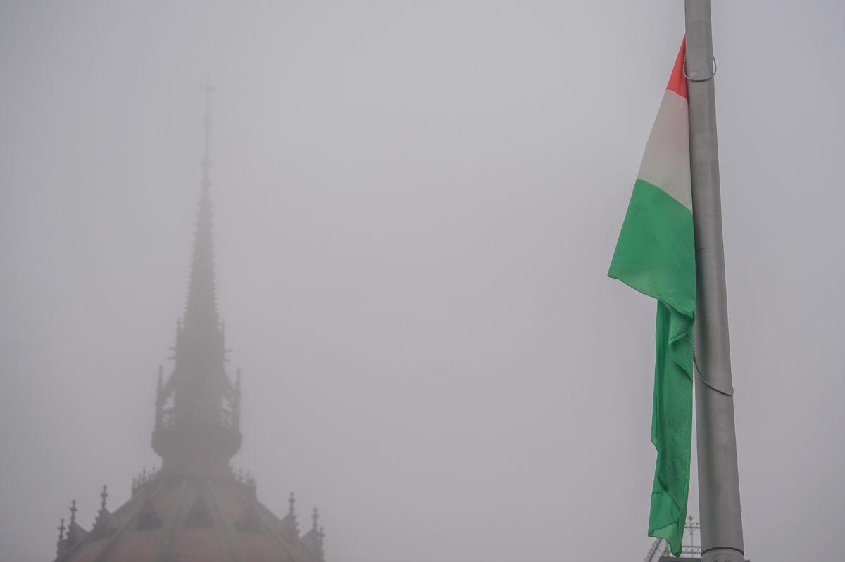 Zászlófelvonás a Parlament előtti Kossuth Lajos téren az 1956-os forradalom és szabadságharc kitörésének 64. évfordulóján 2020. október 23-án.