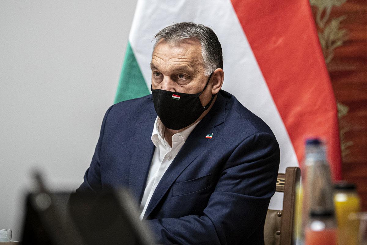 Orbán Viktor miniszterelnök videókonferencián egyeztet a visegrádi partnerekkel (V4) és az Európai Tanács tagjaival a koronavírus-járvány kezeléséről a Karmelita kolostorban 2020. október 29-én.