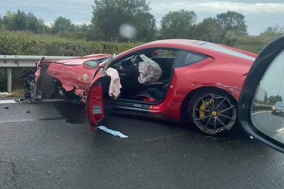 Összetörtek egy százmilliós Ferrarit az M3-ason