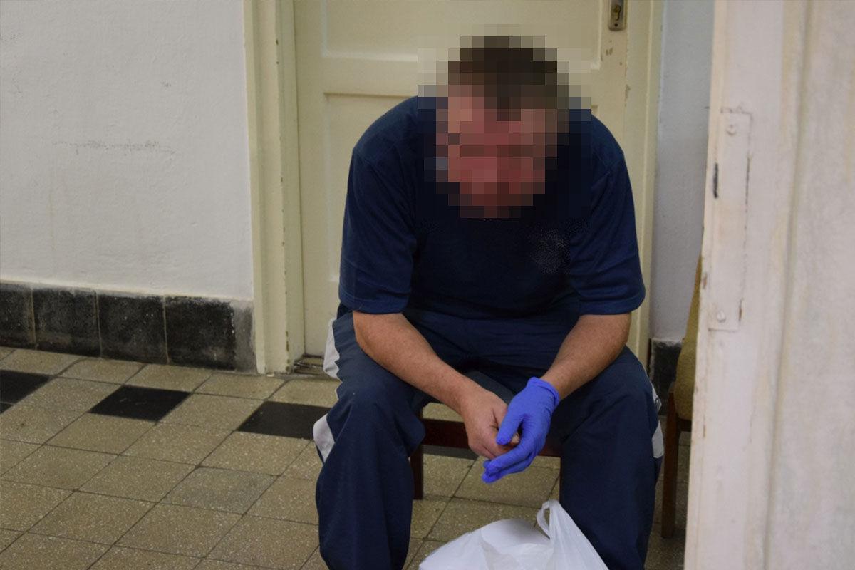 A késelő férfi a rendőrség fotóján.