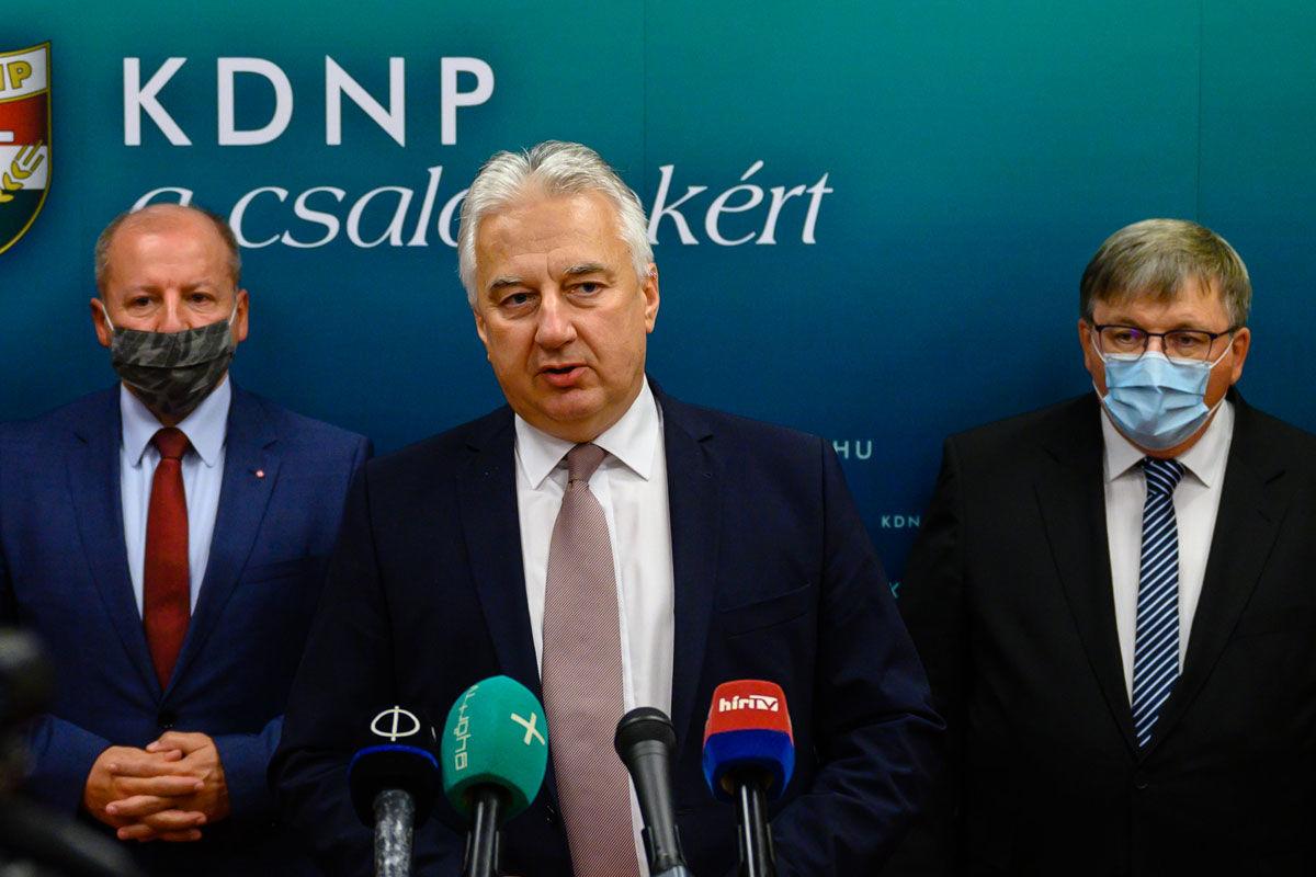 Semjén Zsolt, a KDNP elnöke, nemzetpolitikáért felelős miniszterelnök-helyettes (k) beszél, mellette Simicskó István, a KDNP parlamenti frakcióvezetője (b) és Dézsi Csaba András (Fidesz-KDNP), Győr polgármestere (j) a Kereszténydemokrata Néppárt Önkormányzati Tanácsának győri ülése kapcsán tartott sajtótájékoztatón 2020. október 1-jén.