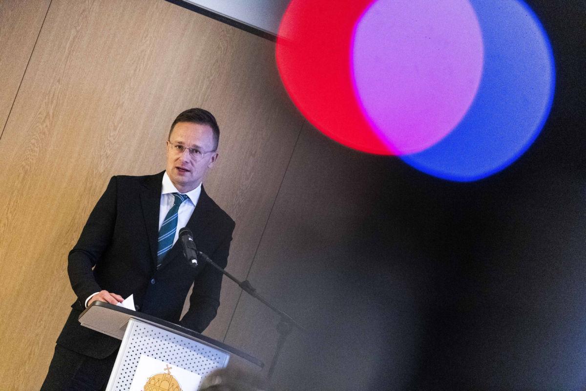 Szijjártó Péter külgazdasági és külügyminiszter beszél Magyarország genfi konzulátusának ünnepélyes megnyitásán 2020. október 13-án.