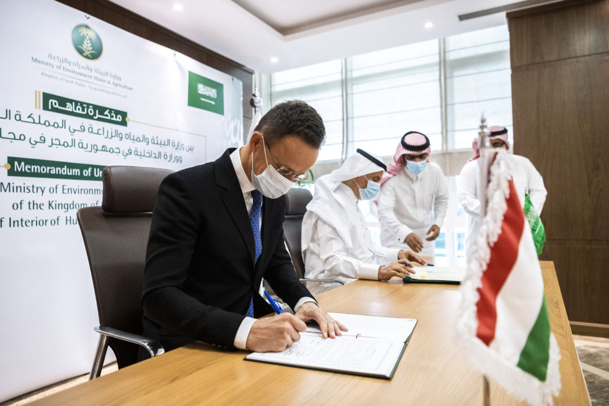 Szijjártó Péter külgazdasági és külügyminiszter (b) és Abdulrahman Abdulmohszen A. al-Fadley szaúdi környezetvédelmi-, vízügyi-, és mezőgazdasági miniszter találkozója Rijádban 2020. október 21-én.