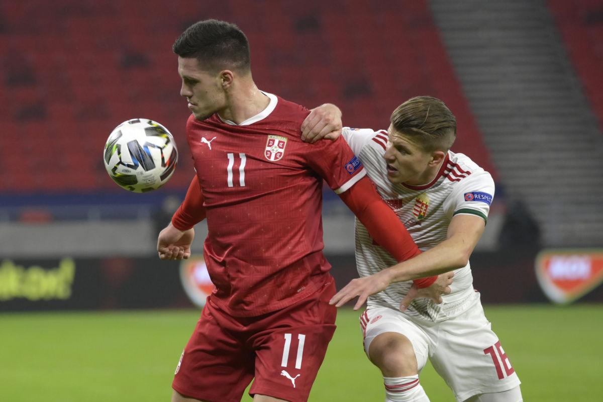 Budapest, 2020. november 15. Sigér Dávid (j) és a szerb Luka Jovic a labdarúgó Nemzetek Ligája B divíziójában játszott Magyarország - Szerbia mérkőzésen a Puskás Arénában 2020. november 15-én.