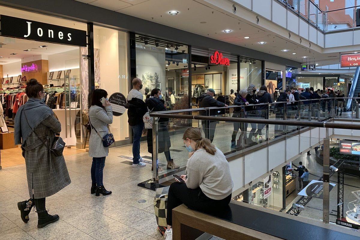 Pánikvásárlás tört ki Bécsben, miután a hírek szerint kedden bezárnak a bevásárlóközpontok
