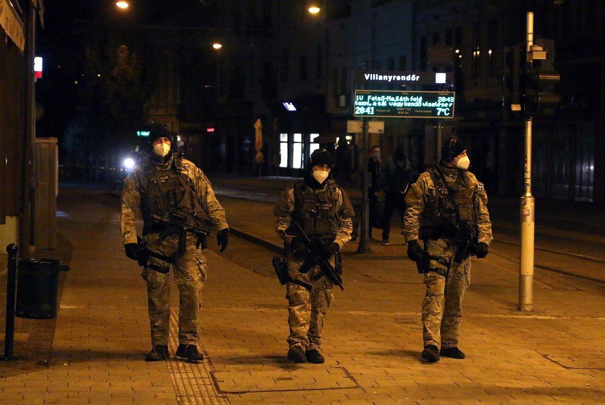 A Terrorelhárítási Központ (TEK) munkatársai járőröznek a miskolci Széchenyi utcában a kijárási tilalom idején 2020. november 14-én este.