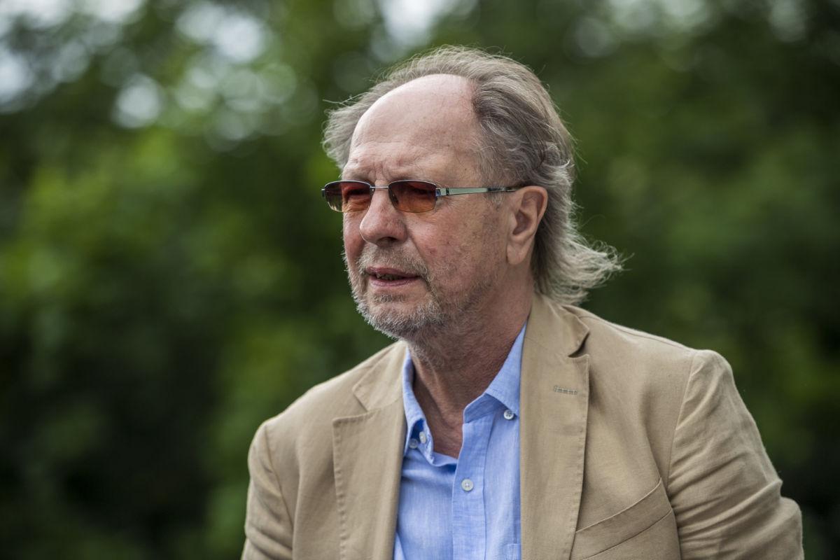Életének hetvenedik évében, november 26-án este elhunyt Balázs Fecó Kossuth- és Liszt Ferenc-díjas zenész. A felvétel 2020. június 19-én készült Budapesten a művész Emberi Méltóságért kitüntetésének átadásán.